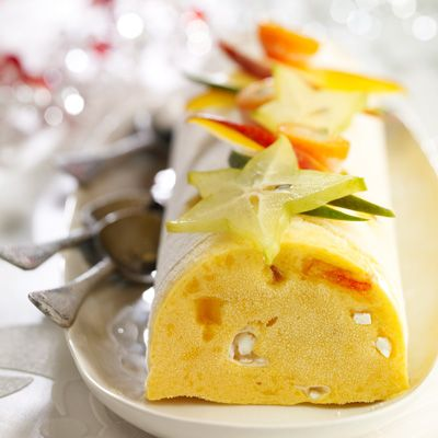 buche glacée à la mangue 1 Pelez les mangues et mixez la pulpe avec 70 g de sucre glace et le jus de citron. 2 Fouettez la crème très froide en chantilly. 3 Fouettez les œufs avec le sucre restant dans un saladier placé au bain-marie chaud pendant 5 min, jusqu'à ce que le mélange triple de volume. 4 Hors du feu, continuez à fouetter le mélange avant d'ajouter la purée de mangue puis la crème Chantilly. Ajoutez les dés de papaye et les meringues émiettées.