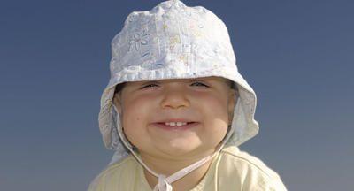 bebê com chapéu no sol