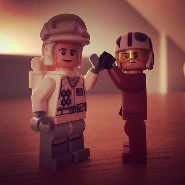 #17 - High five to the new guy!!  #lego #starwars #legostarwars #calendar #joulukalenteri #newguyintown #mäenkestä