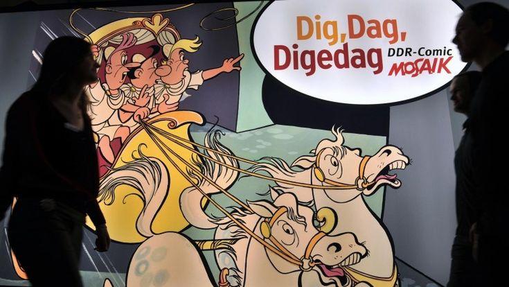 Besucher gehen durch die Ausstellung «Dig, Dag, Digedag. DDR-Comic Mosaik» im Zeitgeschichtlichen Forum Leipzig. (dpa-Zentralbild)