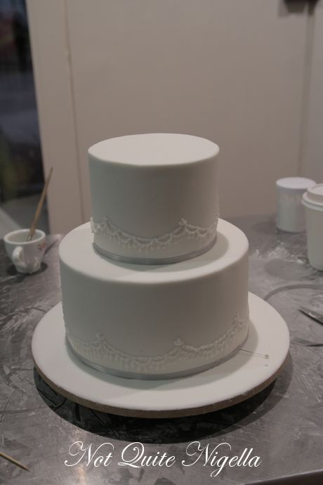 how to decorate a 2 tier wedding cake best 25 two tier cake ideas on two tier cake 15646
