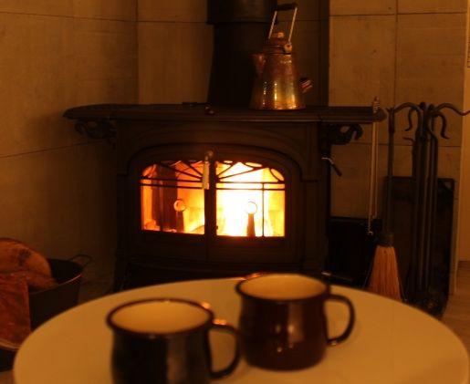夜、暖かい飲み物を飲みながら薪ストーブの前で過ごす時間は格別です。  #night #encore #vermontcastings #hotcoffee