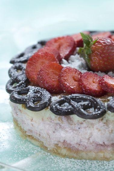 Opskrift| Marcipanlagkage med bær | Flot lagkage med bunde med marcipan og hindbærfyld | Skøn sommer-lagkage | Se mange flere gratis bageopskrifter på tærter, lagkager, småkager og meget mere her