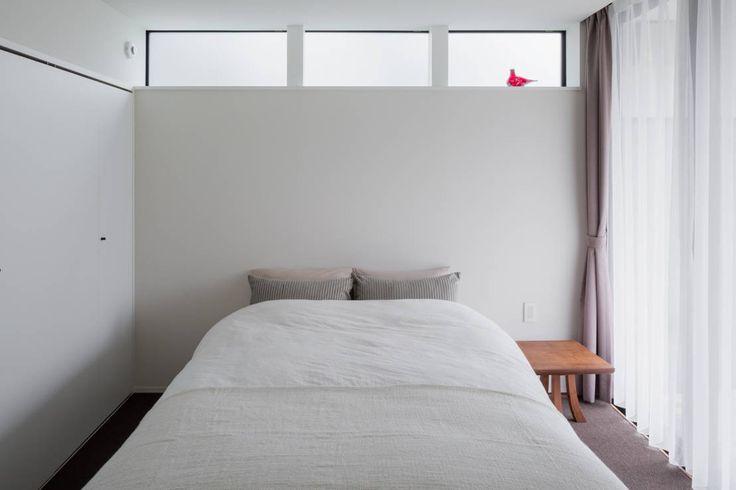 ベッドサイドテーブルは、ベッドまわりの整頓を助けてくれます。寝る前に飲み物を飲んだり本を読んだりする習慣のある人、目覚ま…