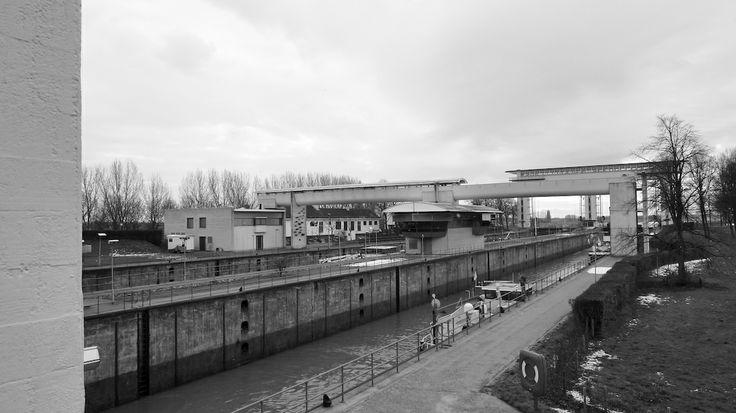 Prinses Beatrixsluis Nieuwegein - dubbele schutsluis uit 1938 in het toen nieuw aangelegde Lekkanaal. Sluizen met heftorens, overbrugging, kazematten, remmingwerken, deurenbergplaats, verkeersbrug, bijgebouwen en dienstwoningen (gesloopt voor de uitbreiding); ontwerp Ir. J.P. Jitta en L.S.P. Scheffer. Het complex heeft twee naastliggende sluizen bediend met stalen hefdeuren, beiden met een lengte van 225 meter en een breedte van 18 meter.