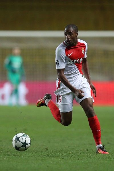 Monaco's French defender Djibril Sidibe runs with the ball during the UEFA Champions League football match AS Monaco vs Bayer Leverkusen, on September 27, 2016 in Monaco. / AFP / Valery HACHE