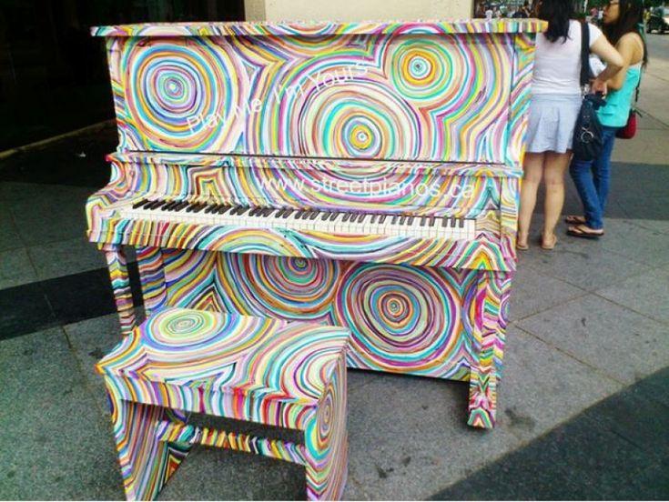 """Vecchi pianoforti si colorano di nuovo e scendono in strada per diventare punto di aggregazione perché chiunque può fermarsi per suonare o solamente ascoltare. E' questa l'idea semplice ma potente del progetto """"Street piano"""". A spiegarne bene il senso è lo stesso ideatore Luke Jerram, che da Toronto a Parigi, da Melbourne a Cambridge ha sparso pianoforti colorati in ogni dove: """"L'idea di giocare con la musica mi è venuta in lavanderia, ogni fine settimana quando portavo la mia roba a lavare…"""