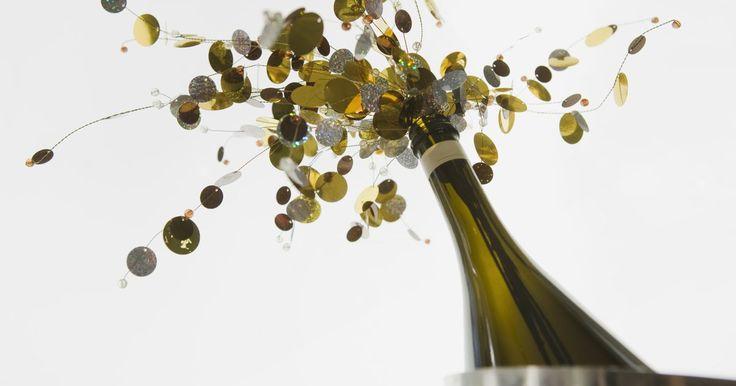 Como reutilizar garrafas de suco de uva. O suco de uva vem em garrafas parecidas com as de vinho. Uma vez que ele acaba, você fica com uma garrafa vazia e uma decisão a tomar: jogar fora ou reciclar, reutilizando-a em sua casa. Por serem bonitas, existem diversas maneiras de reutilizar as garrafas como decoração ou projeto para seus filhos. Assim que estiverem limpas, você pode começar a ...