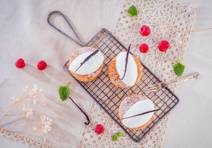 Pomysł na jabłkowe cupcake'i z bitą śmietaną - nasza receptura mistrzów! Pyszne babeczki z jabłkowym nadzieniem w dwóch wersjach: tradycyjnej i opcjonalnej. #mistrzowiewypiekow #ciasto #ciastka #cupcake #muffin #apple #jablka #inspiracje.
