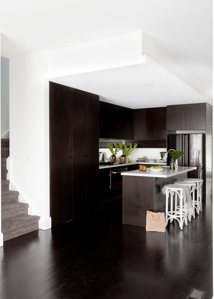 Glamorous monochrome kitchen with gleaming style