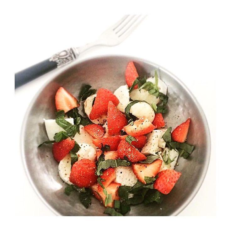 Strawberry / Mozzarella / Basil Een beetje zomer tijdens de lunch.  #summervibes