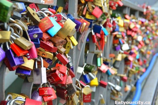 "Eiserner Steg in Frankfurt am Main, Hessen Love lock on the ""iron bridge"""