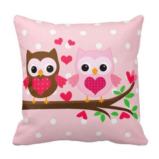 Casal bonito da coruja com uma coruja marrom e uma luz - coruja cor-de-rosa que senta-se em um ramo da árvore. Corações cor-de-rosa brilhantes bonitos ao redor. Teste padrão de bolinhas cor-de-rosa e branco delicado no fundo. Alguns elementos pela cereja Clipart.