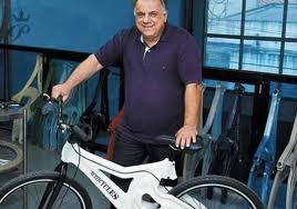 """Ricicletta"""", la bici interamente realizzata con pezzi di bottiglie. (Bike made whit plastic bottles)"""