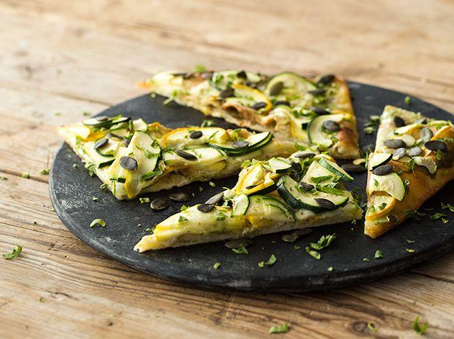 Zucchini-Flammkuchen mit Kürbiskernen