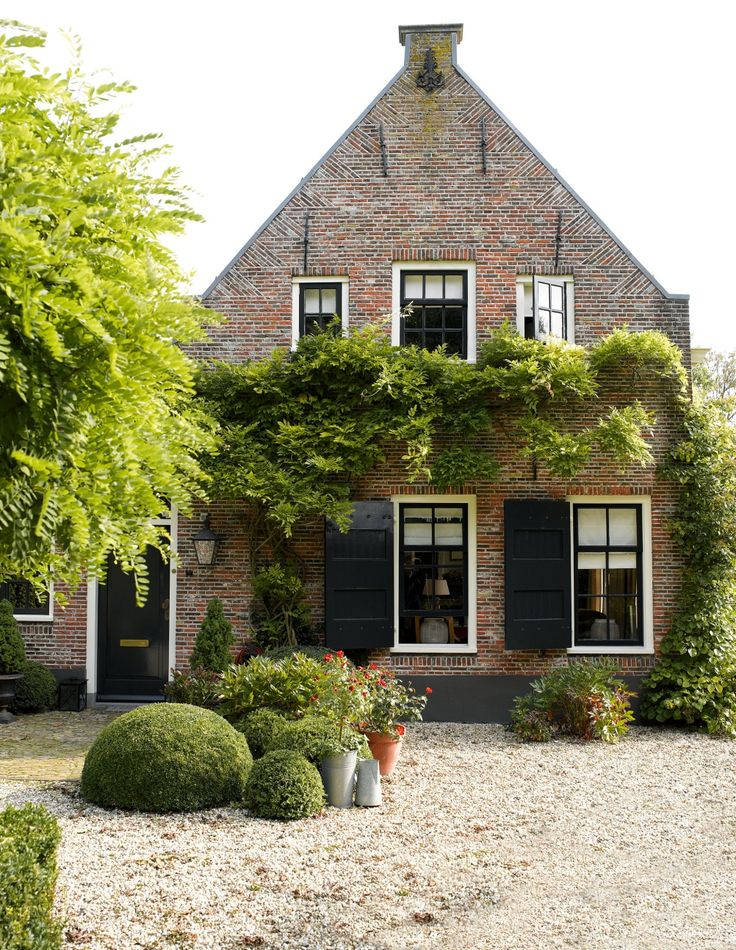 18th-century farmhouse, Maarssen, The Netherlands. Owners: Ingrid & Boele Staal. Photographer: Paul Grootes/IDecorImages / Period Living Magazine.