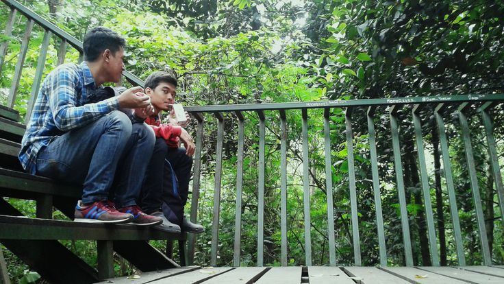 Man Talks - Pembicaraan pria bukan hanya soal hal yang 'menghibur' diri saja, tapi juga bicara tentang 'masalah hidup' yang melanda.  Taman Babakan Siliwangi, Bandung.