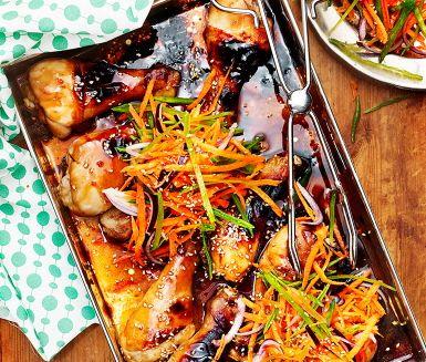 Saftiga kycklingklubbor med en läcker dippsås av hoisinsås, riven ingefära, lime och sesamfrön. Såsen får ett litet sting av sambal oelek. Serveras med ris och en färgglad råkostsallad av rödlök, morot och sockerärtor.