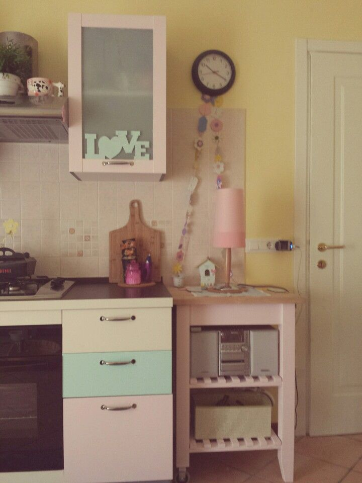Cucina rinnovata con color latte e menta e rosa