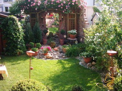 Unser kleiner Reihenhausgarten... in mediterranem Stil... Blick von der Terrasse aus...