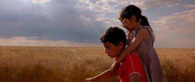 Op deze foto zie je broer en zus samen op de fiets.
