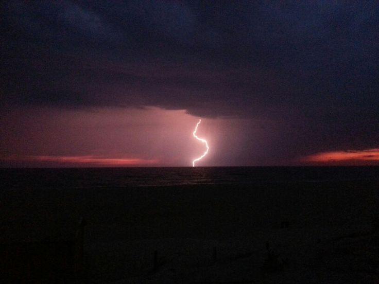 Orage au crépuscule, au-dessus de l'Atlantique