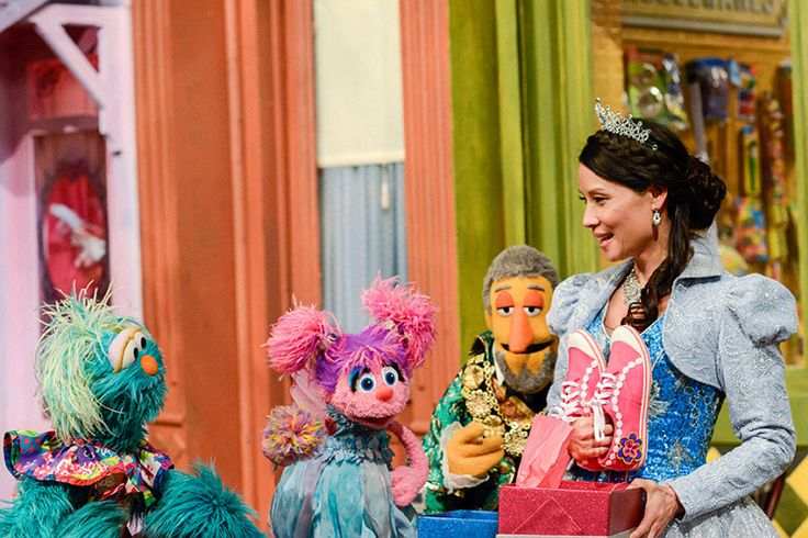 Lucy Liu playing Cinderella on the set of Sesame Street. (09/11/2017)