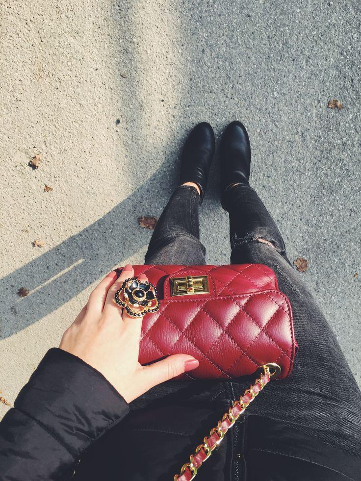 Borsa matellassé color vino abbinata ad anello a fiore con  fascetta in metallo regolabile  #Rosavelvet #shoponline #madeinitaly #Chanelstyle #pelle #leather #fashion #stylish #elegant #eleganza #flower #fiore #bijoux #bigiotteria #costumejewelry