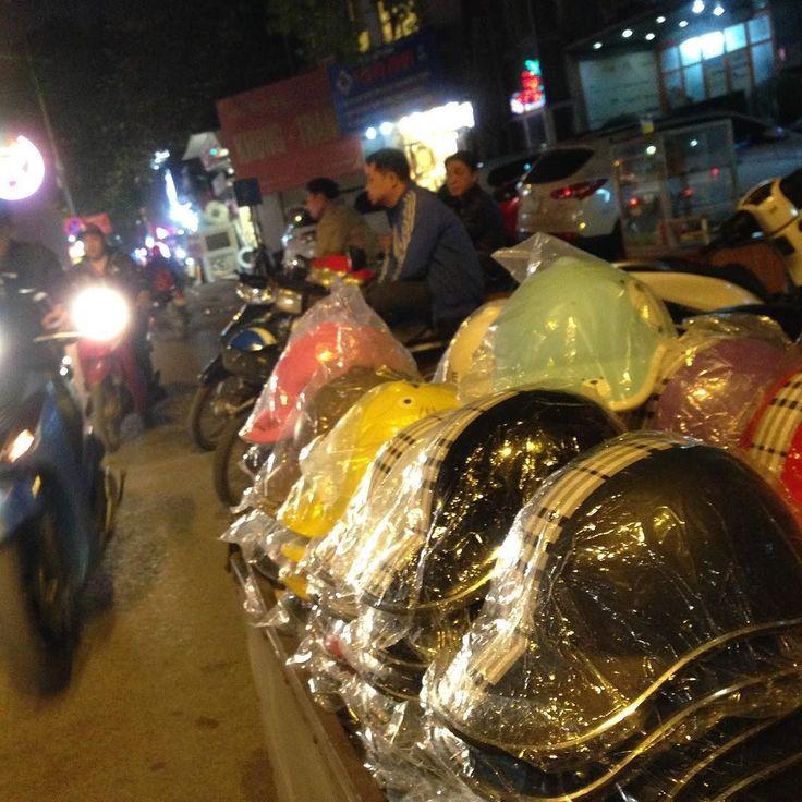 路上でヘルメットを売るのを見ているだけでもまた一つ異国を感じることができます  #cocoacana #ランニング #夜 #ヘルメット #交通 #Vietnam #hanoi #ベトナム #ハノイ #散歩 #運動 #健康 #ここあかな #観光 #旅行 #旅 #自分磨き #taiwasato