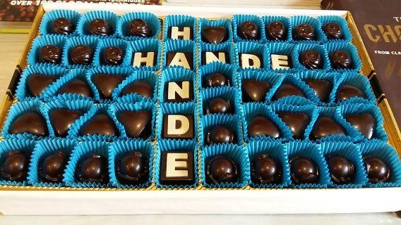 Özel olarak hazırladığımız Çikolata Erzurum tam aradığınız tazeliği, yüksek kaliteyi, yüksek kakao oranını (%80), lezzeti, tamamıyla doğal içeriği  size sunar. Artisan Çikolatacı Yusuf Tokdemir tarafından spesiyal olarak hazırlanmıştır. Siz de sipariş verin adresinize teslim edelim. Ayrıca 2 gün önceden sipariş vererek mağazamızdan temin edebilirsiniz. Gerçek kakao ve gerçek çikolata. Brüksel çikolatası kapınızda.