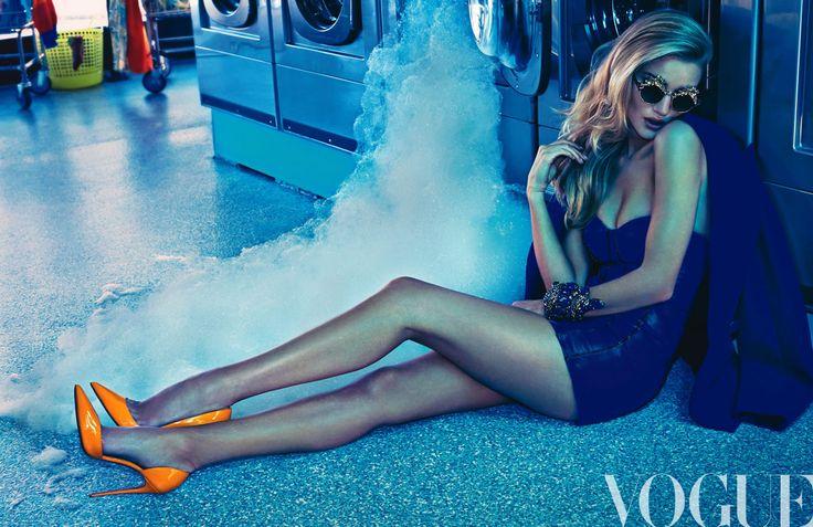 Historia de portada: Exceso día a día ►#VogueTV Un toque de opulencia a las actividades cotidianas… @RosieHW se viste de glam-rock. http://buff.ly/1sdxYwH