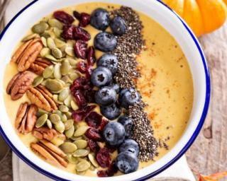 Smoothie bowl épicé au potiron, noix de pécan, myrtilles, cranberries séchées, graines de courge et de pavot : http://www.fourchette-et-bikini.fr/recettes/recettes-minceur/smoothie-bowl-epice-au-potiron-noix-de-pecan-myrtilles-cranberries-sechees