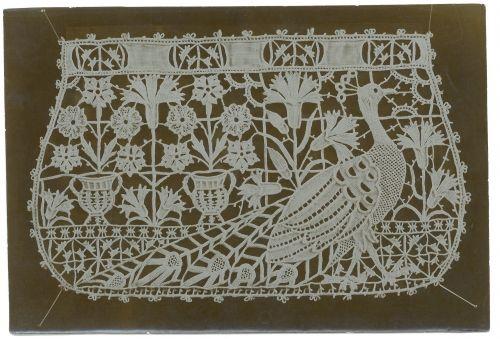 Merletto per borsina con motivo decorativo con pavone ed elementi geometrici e floreali ~ 1900-1925