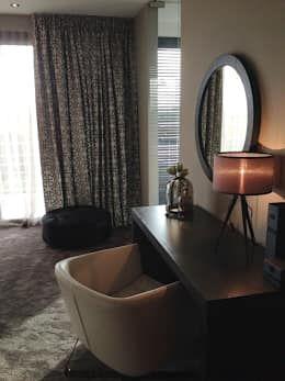 master bedroom : moderne Slaapkamer door choc studio interieur
