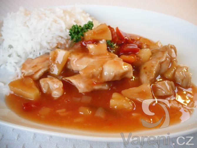 Recept na přípravu kuřecích nudliček s kapií a kompotovaným ananasem. Pokrm nejlépe chutná s dušenou jasmínovou rýží.