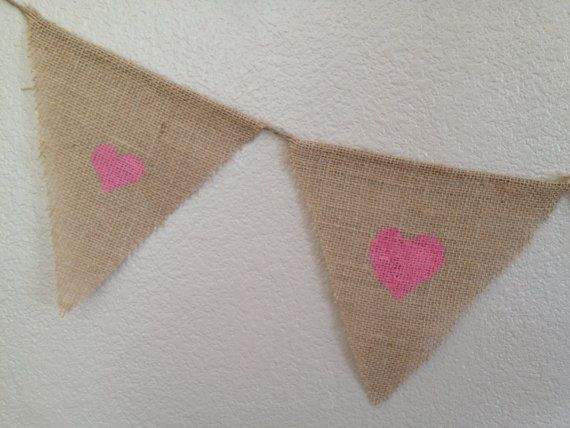 Bannière de drapeau coeur rose toile de jute fanion