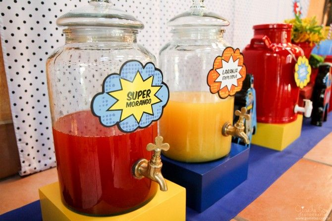suqueiras coloridas com sucos de super poderes para festa de menino com tama super herois e avengers