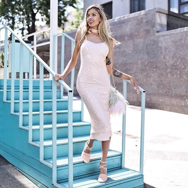 А вот и один из новых образов, что попали в #tskirtSummerSale 😍  Нюдовое платье миди с пайетками, ещё и с шифоновым подкладом - это ли не платье мечты? 💁🏼✨  Как нам кажется – идеальное платье для пятничного вечера, не правда ли? 🥂  📌 Стоимость: 9.800₽ вместо 14.000₽  🔍 Артикул: #ss17280378le  #tskirt