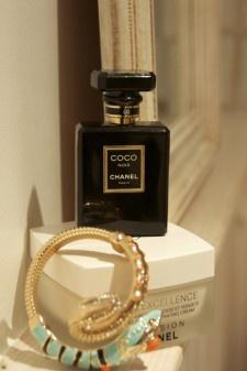 Crema corporal body excellence de Chanel y perfume Coco Noir de Chanel y brazalete de Anna dello Russo para H