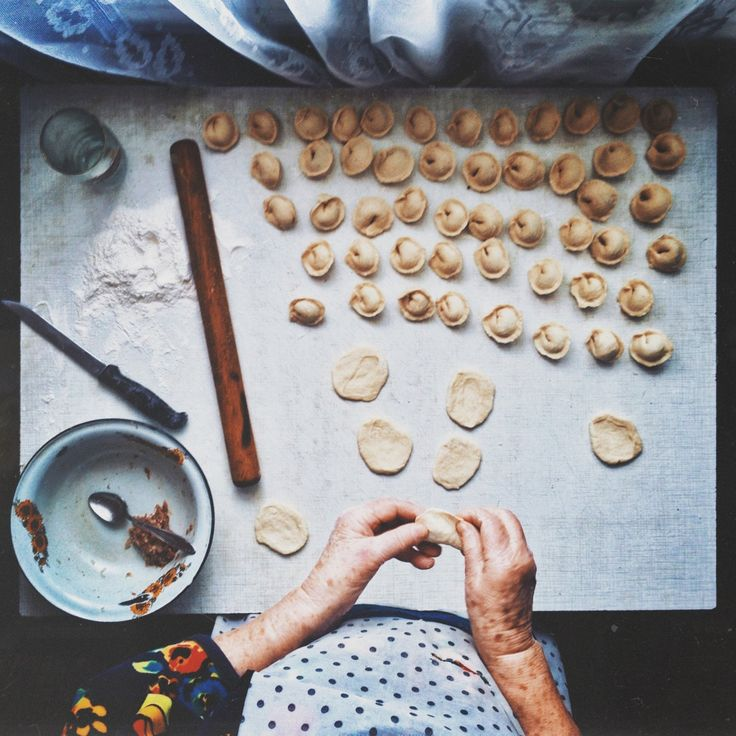 Это руки моей дорогой бабушки, которая готовила назимних каникулах, пельмени.