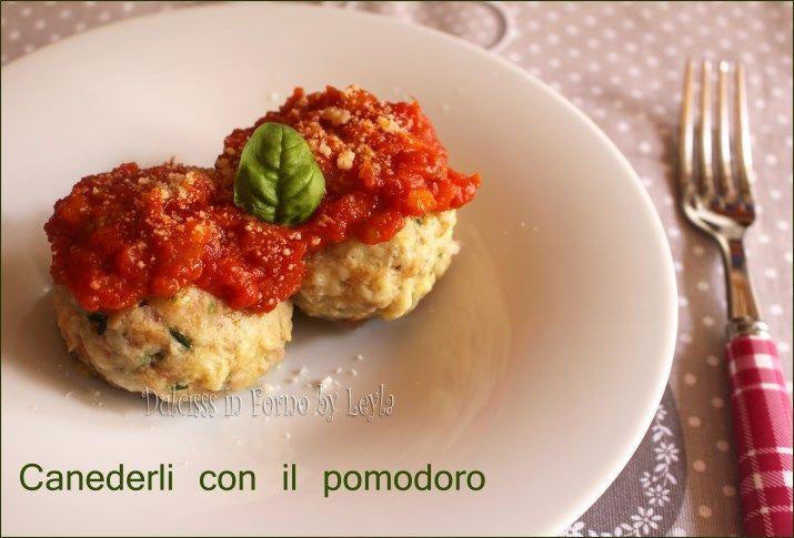 Canederli al sugo di pomodoro, ricetta Alto Adige: perfetti in versione veg con il sugo preparato d'estate.
