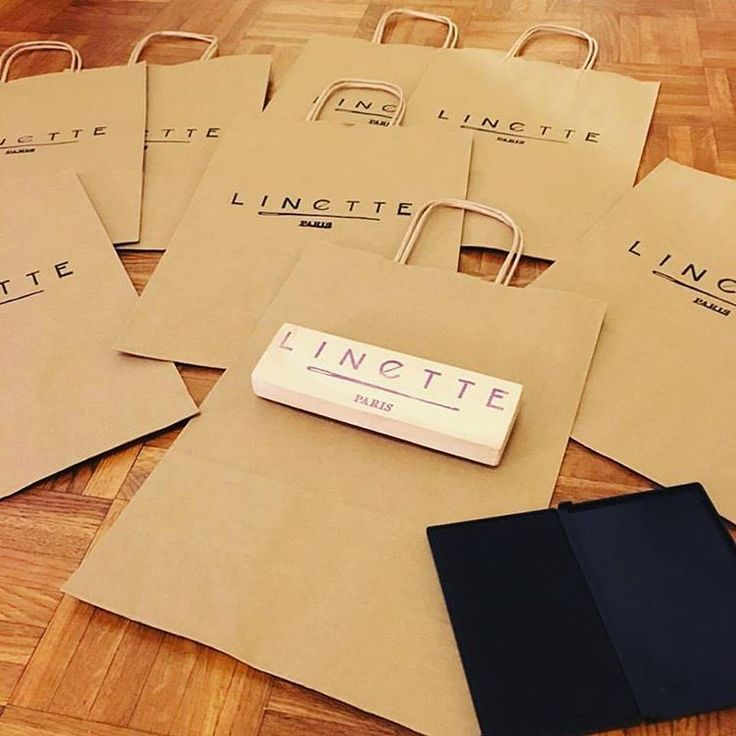 @linette.paris prépare ses sacs en kraft pour les marchés de créateurs avec le tampon en gomme personnalisé que je lui ai créé. @linette.paris is printing her kraft bags for the next craft fairs with the rubber stamp I created for her.