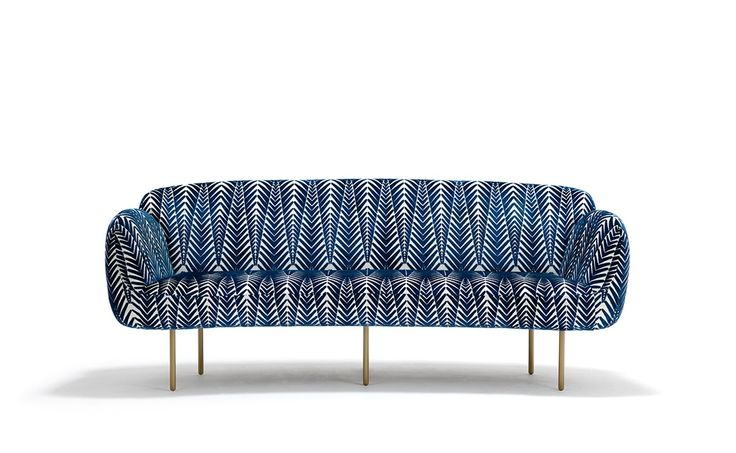 Divano morbida e piena di curve in velluto blu. Soft and curvy sofa in blue velvet. Stardust—Collection III, Nika Zupanc www.nikazupanc.com for Sé London. Velluto /Velvet: @NeishaCrosland #vemblu