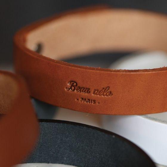 Un joli serre-pantalon en cuir végétal, fabriqué à la main en France.Disponible en marron et noir.