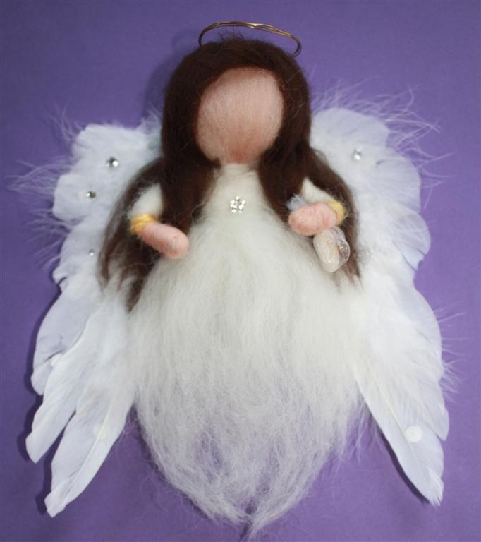 Deze aarde engel kwam tussen de bestellingen door. Ze was bedoelt voor mijn oudste dochtertje. Zij vind haar prachtig :) Ze draagt een citrien bij zich, het zonnetje in huis!