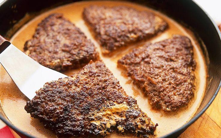 Bamsebiff är ett smidigt sätt att få en stor biff av köttfärs som du enkelt formar och steker direkt i pannan. Piffa till det extra och servera med goda tillbehör som hackad lök, ättiksgurka eller kapris.