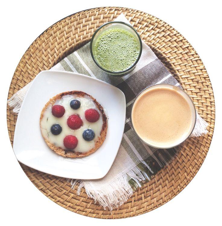 Hoy me he levantado con la sensación de que hay que celebrar algo y he empezado por el desayuno, luego lo que tenga que llegar, llegará  tostada francesa con @sandwichthins_es con postre vainilla vitalínea, frambuesas, arándanos y sirope de agave / #greensmoothie / café con leche de avena anir vainilla, hoy la pruebo de la marca #Oatly y es   french toast healthy with vanilla cream, strawberry, raspberry and agave sirup / greensmoothie / oat vanilla latte #losdesayunosdeaurora