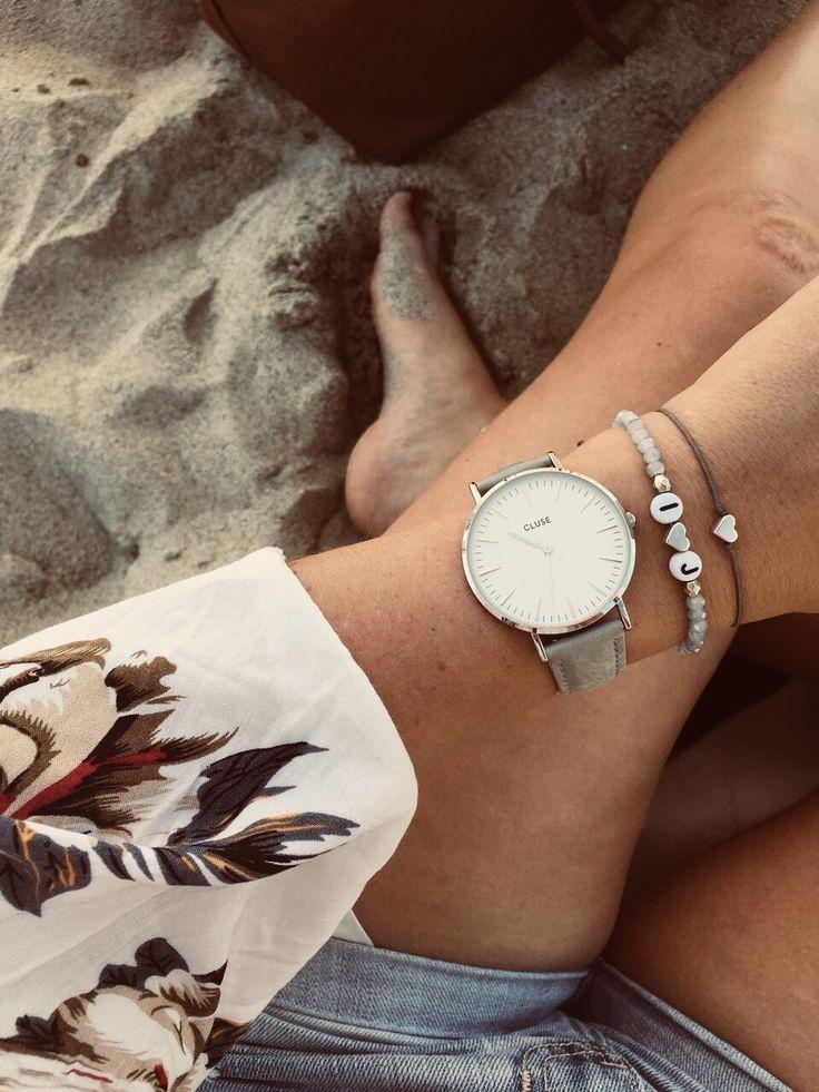 Individuelles Perlenarmband mit Buchstaben und graues Herz Armband mit Liebe handgefertigt #selfmadejewerly #selfmade #jewelry #schmuck #bracelet #armband #strand #beach #namensarmband #cluse