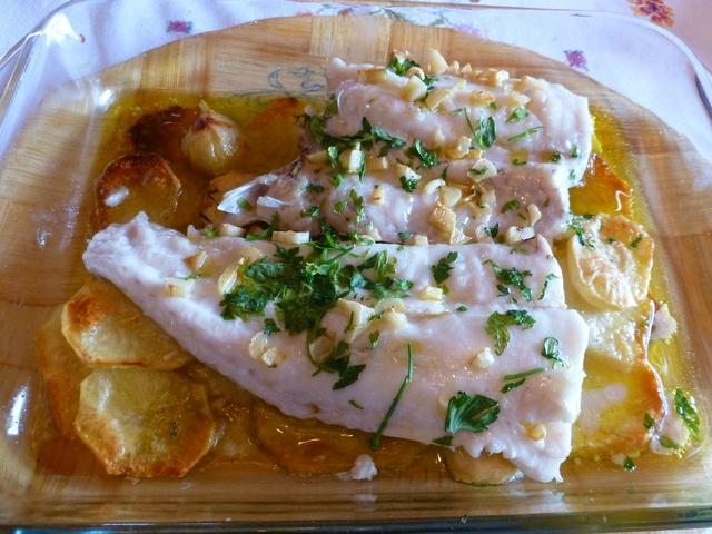 Merluza al horno con ajitos, perejil y patatas panaderas Ver receta: http://www.mis-recetas.org/recetas/show/37129-merluza-al-horno-con-ajitos-perejil-y-patatas-panaderas