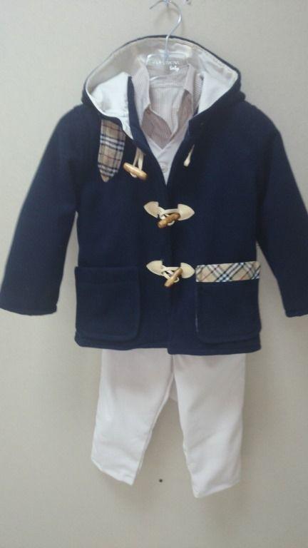 Σετ βάπτισης με βαπτιστικό κουστούμι για αγόρια με μάλλινο χειμωνιάτικο παλτό με burbery λεπτομέρειες  και εκρού παντελόνι και γιλέκο.Βαπτιστικό πακέτο ζεστό και πολύ στυλάτο για εντυπωσιακή βάπτιση.Το ιδιαίτερο και κόμψο ρούχο επιμελήθηκε ο Makis Tselios